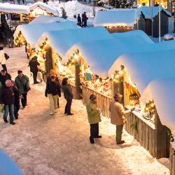 Adventhütten mit Schnee, © www.mariazell.blog
