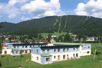 Aussenansicht im Sommer vom JUFA Hotel Mariazell Erlaufsee Sport-Resort. Der Ort für erfolgreiches Training in ungezwungener Atmosphäre für Vereine und Teams.