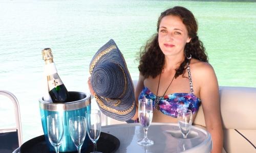 """Das( Elektro ) Partyboot """" Sun casher """"  am Erlaufsee ist das begehrteste Boot von Allen in dieser SaisonBei Champagner, Sekt oa edlen Tropfe, Prosciutto oder Spezialhäppchen , berieselt von der eingebauten Musikanlage auf feinster Lederausstattung jeden Komfort genießen. Dabei die Barsche , Rotfedern & Hechte im glasklaren Wasser beobachten. Für das erste Dates mit der  neuen Liebe, Verlobungen o.a. romantische Anlässe , oder einfach als Geschenk heiß begehrt. Schwärmt voller Stolz der Kapitän Wolfgang Schrittwieser, während seine Frau Liane die Sektkübel bestückt & Töchterchen Sabrina bei einer kurzen Verschnaufpause ( sie hilft den Eltern hier fleißig mit am Erlaufsee wo sie nur kann ) die Ruhe am Wasser mit Papa genießt. Infos & Anfragen für Reservierungen bei der Bootsvermietung Wolgang Schrittwieser  0676  936 23 99"""